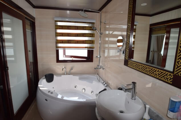 halong-bay-cruise-bathroom