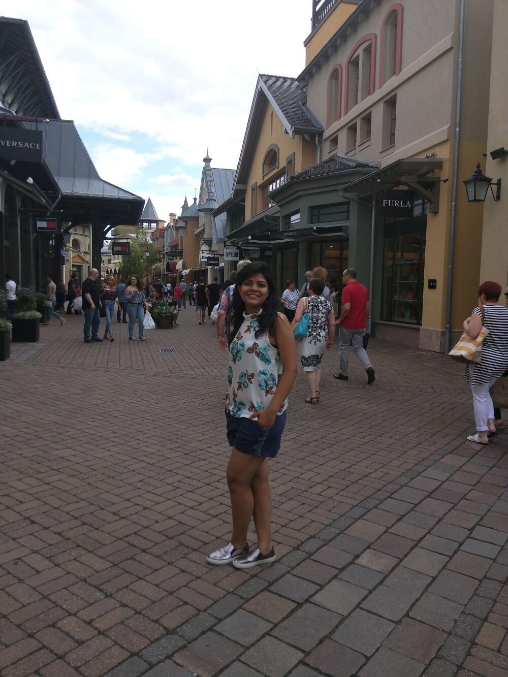 frankfurt-young-female-traveler-travelpeppy