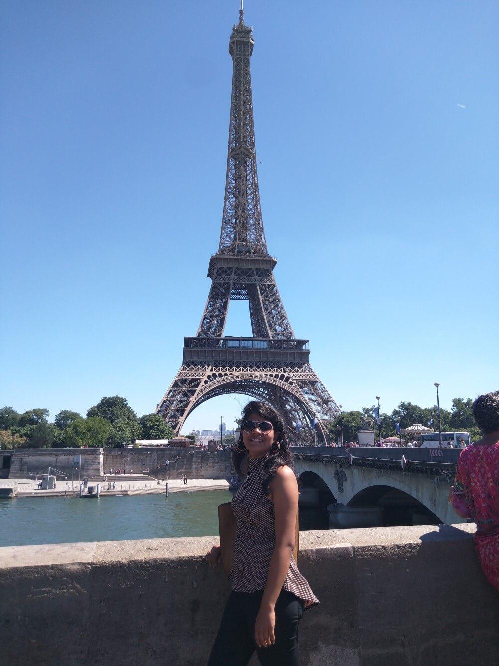 young-female-traveler-in-paris
