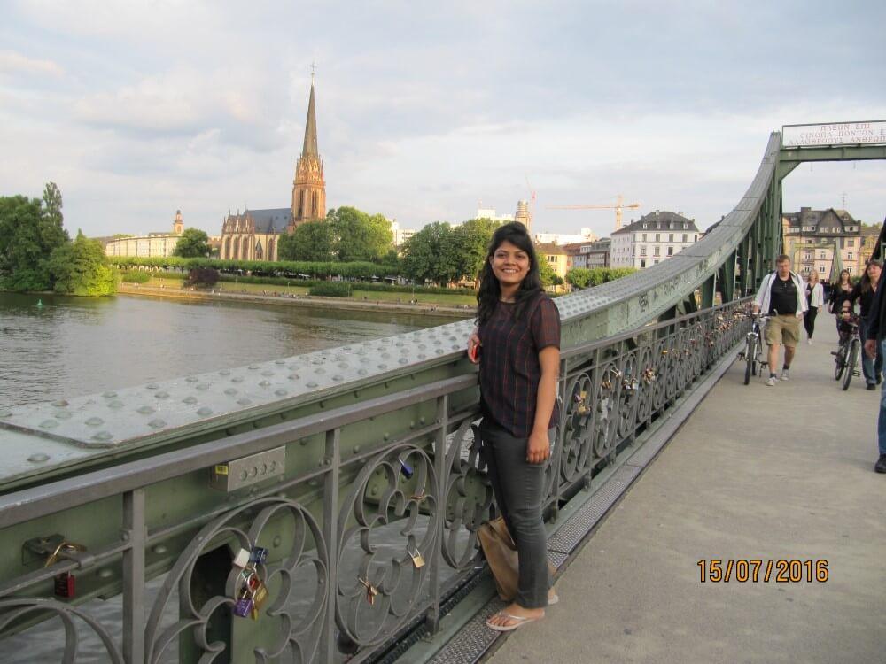 young-female-traveler-in-frankfurt
