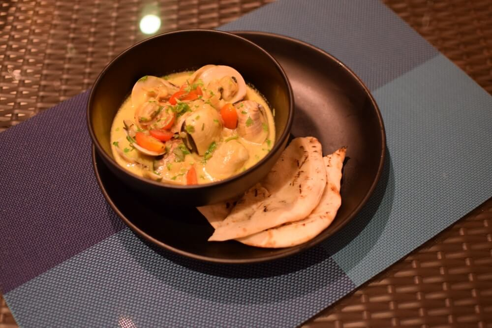 Curry steamed clams with naan bread